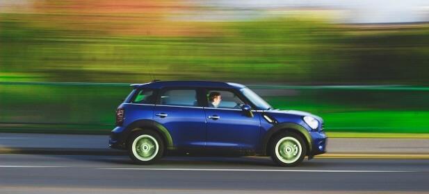 Unge sparer mest på bilforsikringen